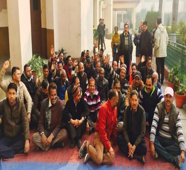 एडिड कालेजों के नॉन-टीचिंग स्टाफ कर्मचारियों ने दिया धरना
