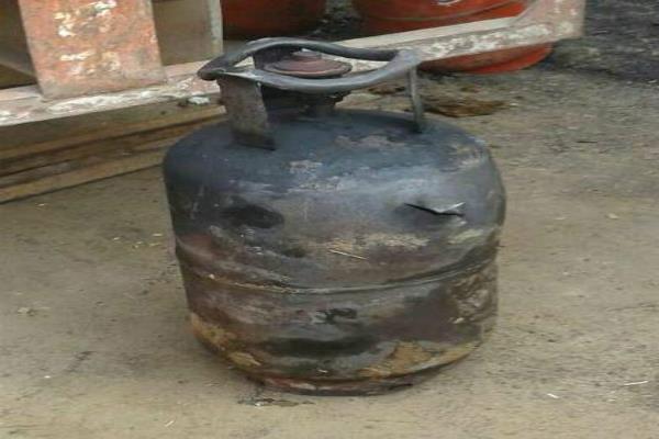 गैस सिलैंडर फटा, रसोई में पड़ा सामान जलकर राख