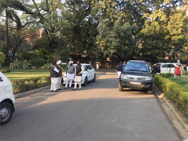 टिकट पाने की होड़ः दिल्ली में डेरा जमाए कांग्रेसियों की हालत पतली