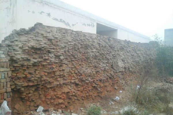 कभी भी गिर सकती है सरकारी प्राइमरी स्कूल की दीवार