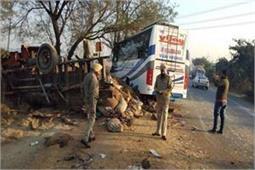 दर्दनाक हादसाः बस व ट्रक की भयानक टक्कर, 4 लोगों की मौत(watch video)