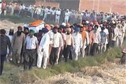 सुकमा में शहीद हुए रघुबीर सिंह को पत्नी ने  दी सलामी, अंतिम विदाई में फूट-फूट रोया पूरा गांव