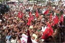 भट्ठा मजदूरों ने अर्धनग्न हो किया प्रदर्शन,सरकार से फैक्ट्री एक्ट लागू करने की दोहराई मांग