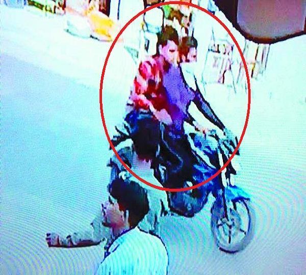 सरेबाजार NRI महिला से बाइक सवार युवकों की घटिया हरकत, CCTV में कैद