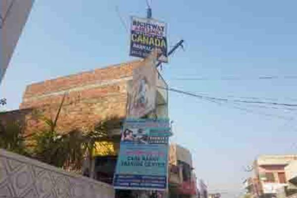 शहर की सुंदरता को बिगाड़ रहे अवैध ढंग से लगे बोर्ड व पोस्टर
