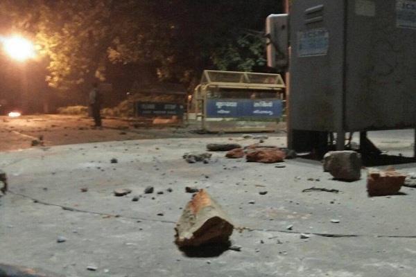 BHU के सुरक्षाकर्मियों ने प्रदर्शन कर रही छात्राओं पर भांजी लाठियां