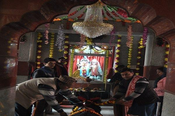मंदिरों में रात्रि भर होता रहा पूजन, लगी रही भक्तों की भीड़