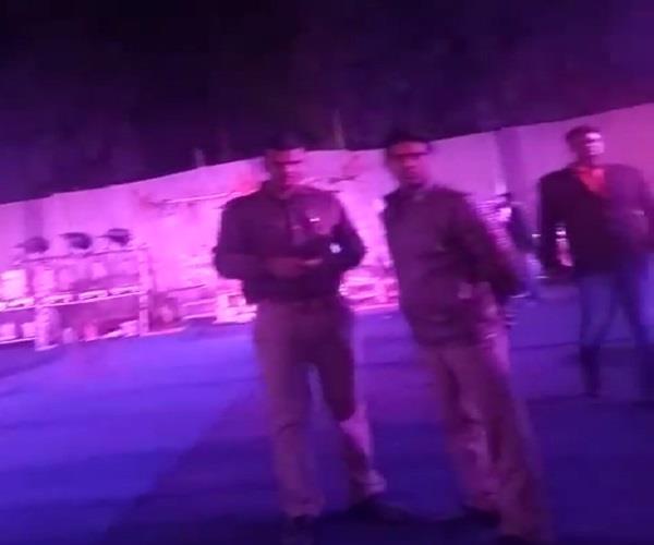 निश्चित समय से अधिक देर बजते डीजे बंद कराने पहुंची पुलिस, BJP सांसद ने दी ये धमकी
