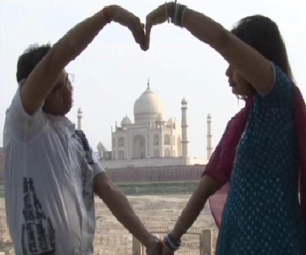 मोहब्बत की नगरी आगरा में कुछ इस अंदाज में मनाया प्रेमियों ने 'वैलेंटाइन डे'