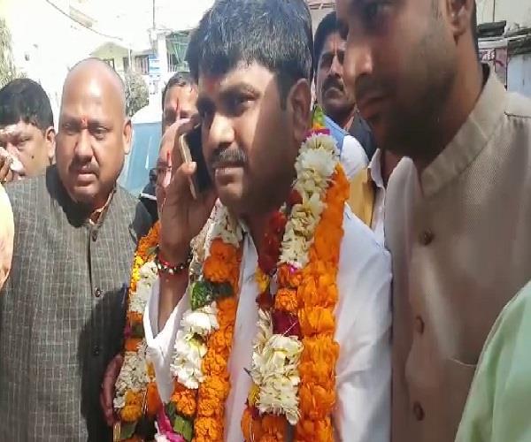 फूलपुर सीट से बीजेपी के प्रत्याशी बने कौशलेंद्र सिंह, कार्यकर्ताओं ने जमकर मनाया जश्न