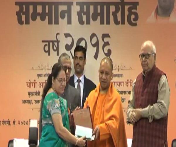 साहित्य जगत के पुरोधा आनन्द प्रकाश दीक्षित को'भारत भारती'सम्मान से योगी ने किया अलंकृत