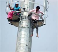 टावर पर चढ़े रिक्शा चालक, वजह जान पुलिस-प्रशासन के उड़े होश (Pics)
