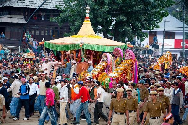आस्था के सैलाब के बीच ढालपुर पहुंचे देवता, रथयात्रा के साथ दशहरा उत्सव शुरू