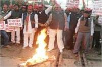 उत्तर प्रदेश में भारतबंद फ्लाप, कांग्रेस-सपा ने सड़कों पर दिखाया आक्रोश