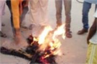 BJP कार्यकर्त्ताओं ने फूंका कांग्रेस नेता गुलाम नबी आजाद का पुतला