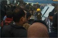 कानपुर ट्रेन हादसा: दुर्घटनाग्रस्त बोगी को काटकर निकाले 2 जीवित बच्चे (Pics)