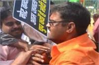 वीडियो में देखिए, नोटबंदी को लेकर जमकर भिड़े बीजेपी-कांग्रेस कार्यकर्त्ता