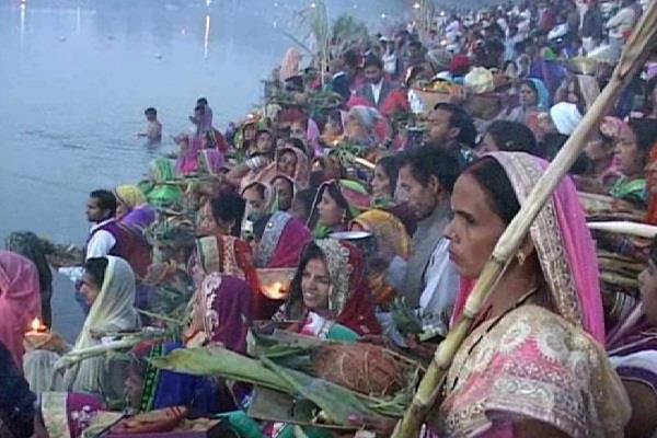 छठ पूजा का अंतिम दिन है आज, व्रतधारियों ने अर्घ्य देकर किया व्रत का समापन (Pics)