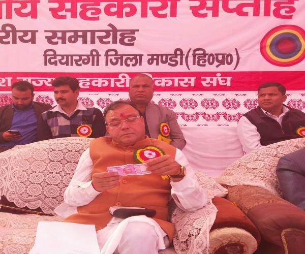 Watch Pics: जब 2000 रुपए के नोट को ऐसे देखने लगे मंत्री जी