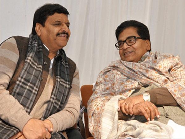 एकजुट हुआ यादव परिवार, शिवपाल ने मंच पर छुए रामगोपाल के पैर