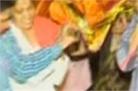 हिंदू परंपरा तोड़ लड़कियों ने दिया पिता की अर्थी को कंधा