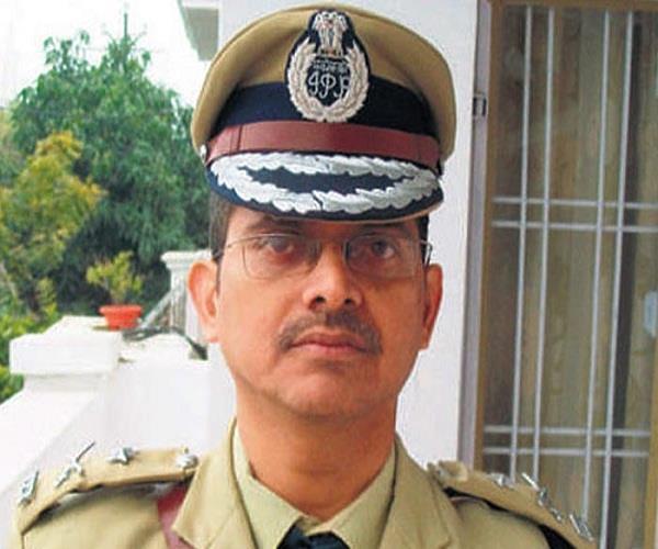 UP में शत्रुआें की तरह हो रहा बर्ताव, अब काम कर पाना संभव नहीं: अमिताभ ठाकुर