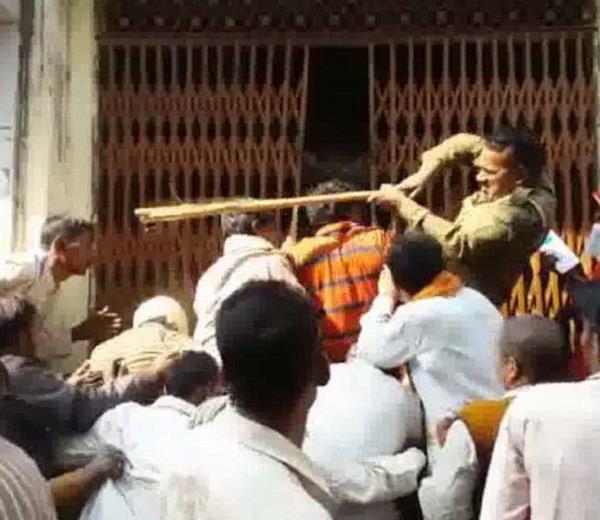 बैंक की लाइन में लगे लोगों को पीटना पड़ा महंगा, CM ने आरोपी समेत SO-SP को किया बर्खास्त