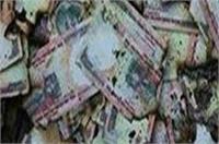वाराणसी में सड़क पर बिखरे मिले 500-1000 रुपए के नोट