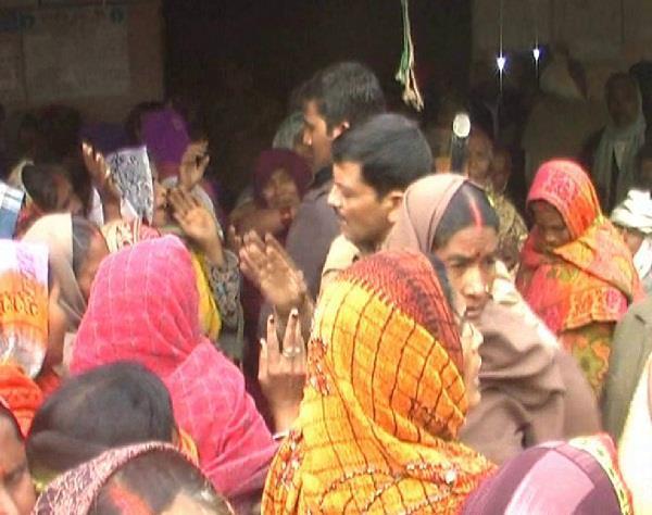 नोटबंदी का साईड इफेक्ट: बैंक छोड़कर भागे बैंककर्मी, महिलाओं ने बैंक में जड़ा ताला