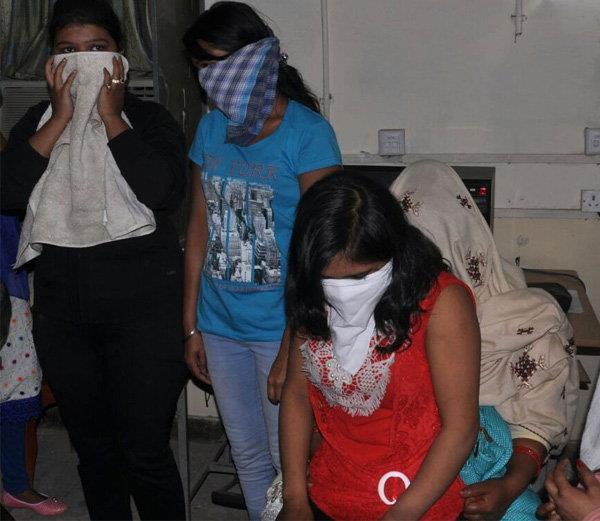 गैस्ट हाउस में पुलिस का छापा, आपत्तिजनक हालात में मिली लड़कियां