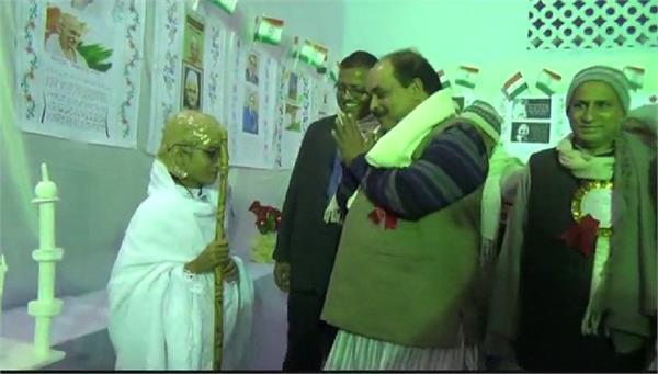 बच्चियों ने प्रदर्शनी में दिखाई बैंक पर भीड़, MLC हुए आश्चर्यचकित