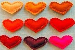 Colorful fleece hearts से करें घर की डैकोरेशन