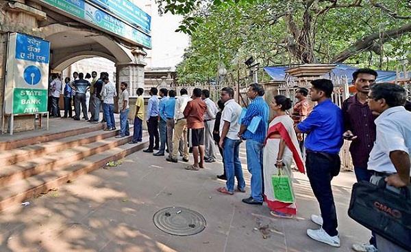 नोटबंदी का साइड इफेक्ट: बैंकों की लाइन में लगे 2 और किसान की हुई मौत