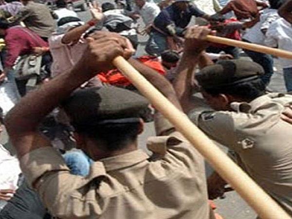 आंदोलनरत शिक्षकों पर पुलिस ने भांजी लाठियां, 1 की मौत 12 घायल