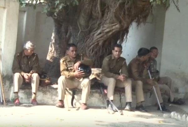 दबंगों के सामने बेबस यूपी पुलिस: पीड़ित को न्याय के बदले दी इलाका छोडऩे की सलाह!