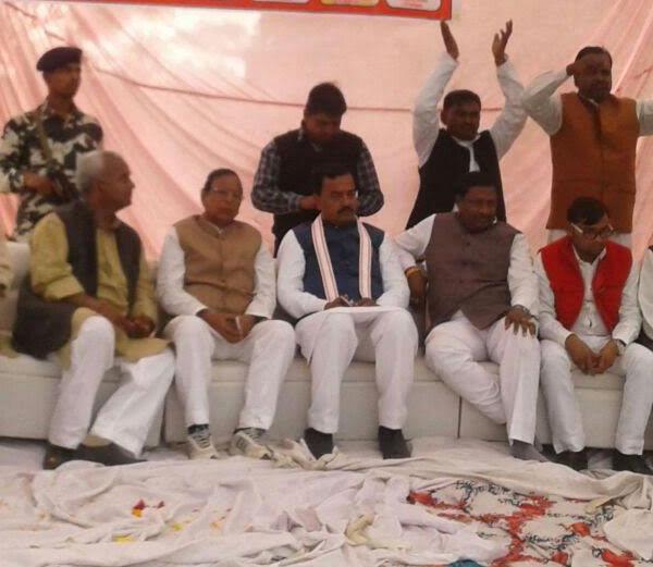 BJP की परिवर्तन रैली में हादसा, मंच टूटने से गिरे महामंत्री का टूटा पैर
