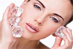 खूबसूरत अौर फ्रेश त्वचा पाने के लिए चेहरे पर लगाएं आइस क्यूब्स (pics)