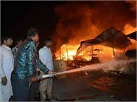 दुकानों में अचनाक लगी भीषण आग, मासूम की जिंदा जलकर मौत (Pics)