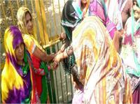 अखलाक हत्याकांड में सीबीआई जांच की मांग को लेकर ग्रामीणों ने स्कूलों में लगाया ताला