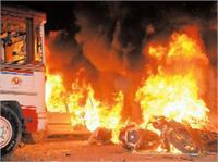 सपा नेता की हत्या के बाद बवाल, गुस्साए लोगों ने की तोड़फोड़ व लगाई आग (pics)