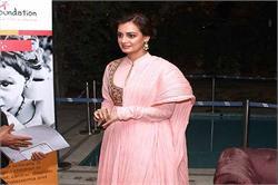 तस्वीरों में देखें, गुलाबी अनारकली सूट में खिलखिलाती दिया मिर्जा