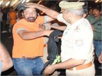 इंडिया की जीत का जश्न मना रहे सिख युवक की पुलिस ने उतारी पगड़ी, जमकर हुआ हंगामा (Pics)