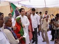 युवा बीजेपी सांसद वरुण गांधी ने किसानों को बांटा चेक