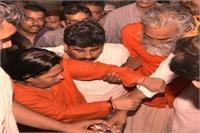 उमा भारती ने स्टेशन पर मरोड़ा सेल्फी लेने वाले नेता का हाथ