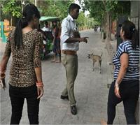 नशे में धुत युवतियों ने पुलिस से की बदतमीजी, बोलीं- मोदी से कह निकलवा दूंगी नौकरी से (Pics)