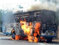 तेज रफ्तार बस युवक के लिए बनी काल, गुस्साए लोगों ने लगाई आग (Pics)