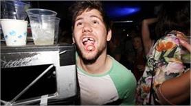 नाइट क्लब की तस्वीरें, लोगों को करती है शर्मिंदा अौर कईयों का उड़ती है मजाक