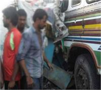 सड़क किनारे झोपड़ियों में घुसा ट्रक, 3 महिलाआें सहित 4 की मौत