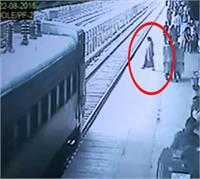 महिला ने ट्रेन के आगे लगाई ''मौत'' की छलांग, जिसे देख हर कोई रह गया हैरान (Pics)
