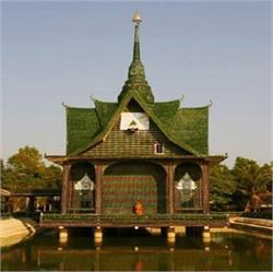 थाईलैंड का अनोखा मंदिर,  कांच की बोतलों से किया गया तैयार (pics)